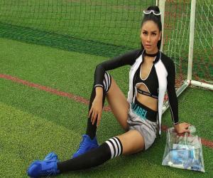 nguoi-dep-nguyen-thi-loan-khoe-50-sac-thai-cung-khong-khi-world-cup-2018